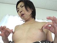 長い乳首の美熟女、倉田江里子さんが自分の乳首を引っ張りながら乳首オナニーで果てる!