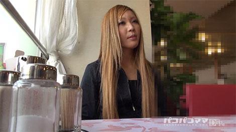 喫茶店でインタビューを受ける入江由奈さん