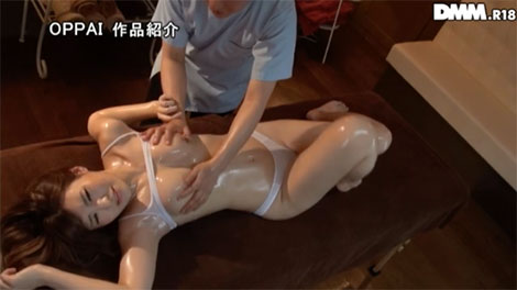 乳首マッサージをされて快感が止まらない女性