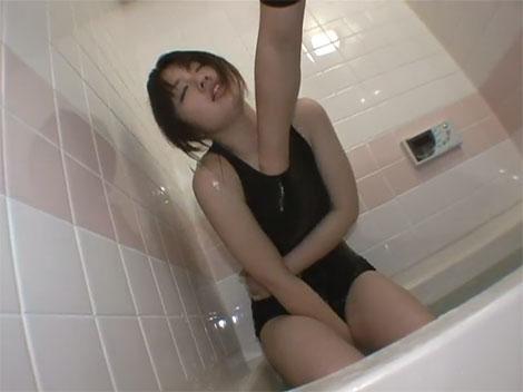 スク水の中に手を入れられる夏音茜ちゃん