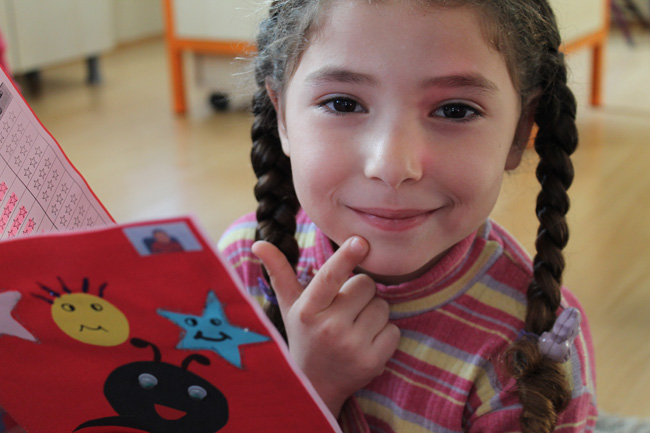 4-year old Rawan received her first official school certificate at a UNICEF built school in Turkey. She wants to be a teacher. © UNICEF/Turkey-2014/Jansen