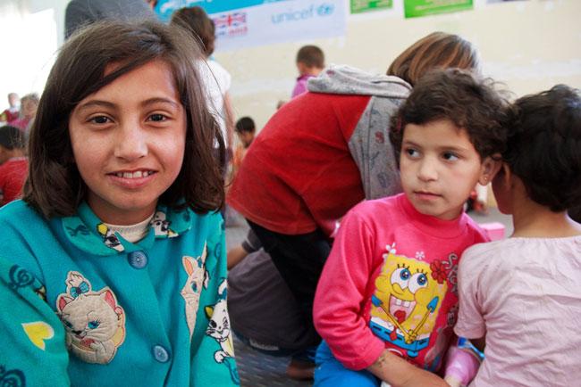 وصلت زيلان (10 سنوات) مؤخراً مع أسرتها إلى مخيم دوميز للاجئين هرباً من العنف الدائر في مدينة القامشلي