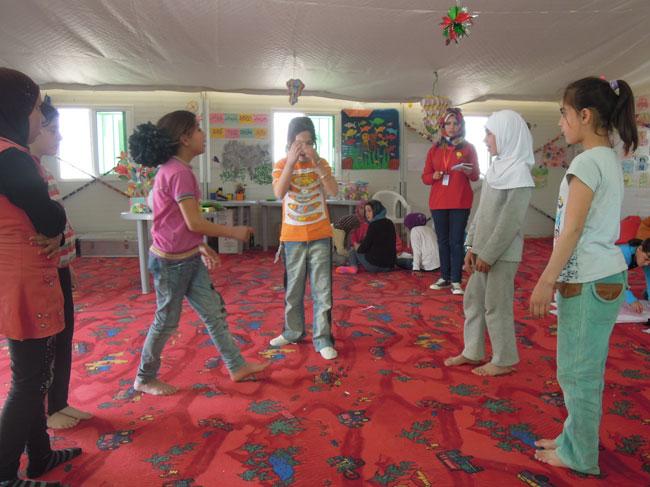 أطفال يؤدون مسرحية حول التعليم في مركز صديق للأطفال في مخيم الزعتري للاجئين