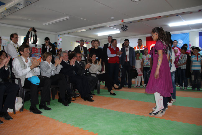 President Gauck and Ms. Schadt watched a performance by Syrian children.  ©UNICEF/Turkey-2014/Yurtsever