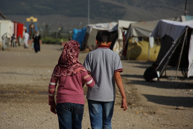 Emane and her brother Ahmed walk towards the UNICEF child-friendly space. @UNICEF/Turkey-2014/Yurtsever