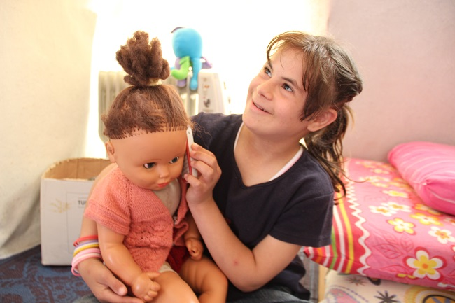 Nour plays with her doll. ©UNICEF/Turkey-2014/Yurtsever