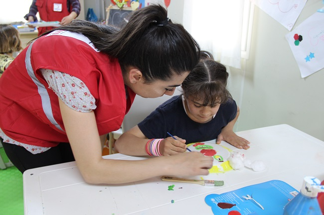 Nour regularly attends UNICEF's Child Friendly Space in Islahiye Camp. ©UNICEF/Turkey-2014/Yurtsever