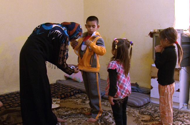 Iris Clothing her children. ©UNICEF/Jordan-2014/Fricker