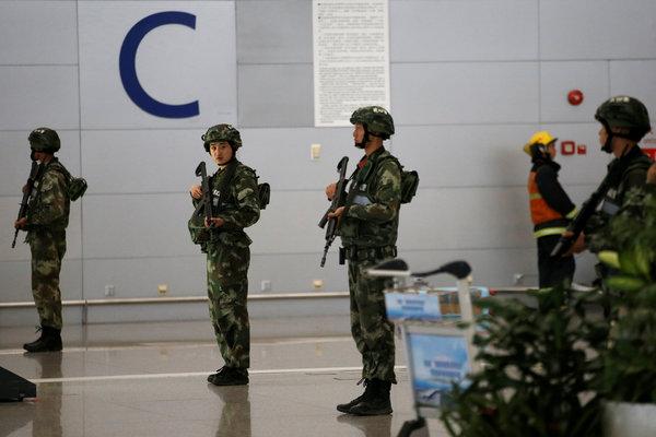 爆炸发生后,武警在上海浦东国际机场守卫。官方表示,这起事件由一名携带自制爆炸装置的男子引发。