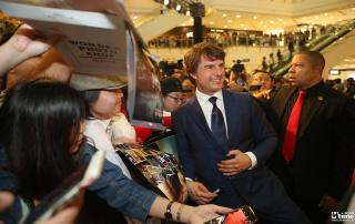 Tom Cruise meeting fans in Shanghai on October 12 to promote Jack Reacher: Never Go Back (Courtesy Mtime)
