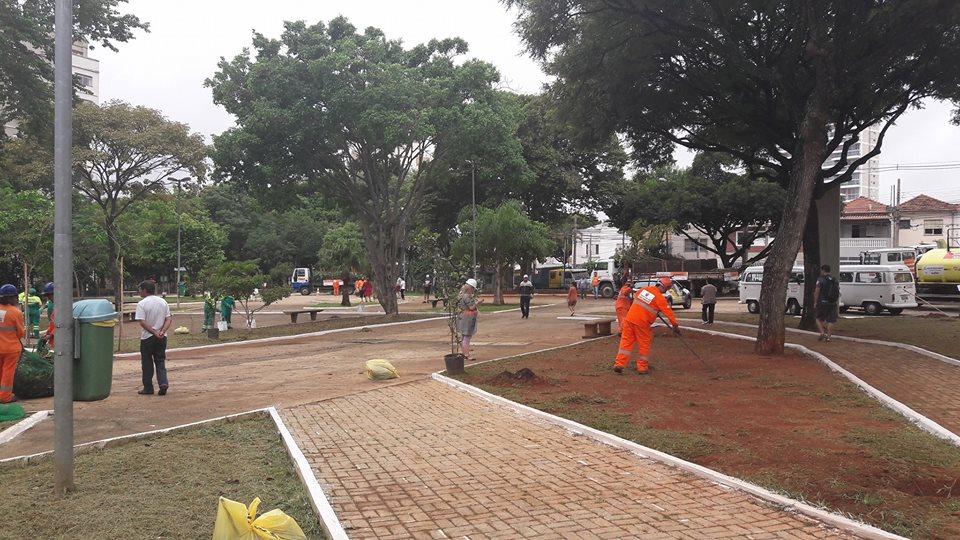Mutirão poda 107 árvores na Praça Rosa Alves da Silva