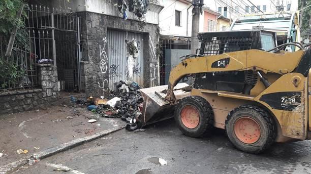 Prefeitura retira 40 toneladas de lixo de residência