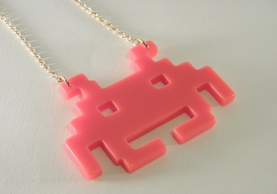 sautoir-collier-space-invader-rose-fantaisie
