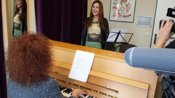 Saskia Leppin singt, begleitet von einer Gesangslehrerin am Klavier
