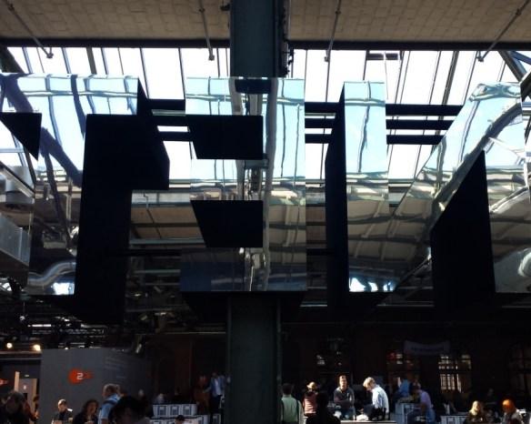 """Spiegelnde Installation des Schriftzugs """"TEN"""" in der Messehalle der re:publica TEN"""