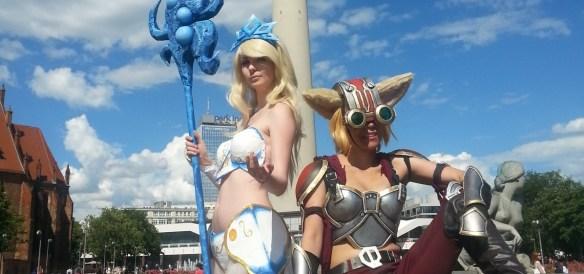 Zwei Cosplayerinnen posen am Neptunbrunnen Alexanderplatz Berlin