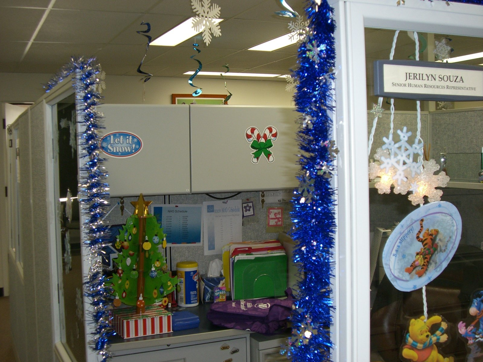 How To Decorate Your Office 40 Office Christmas Decorating Ideas All About Christmas