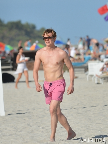 Downton-Abbey-Ed-Speleers-Shirtless-Swim-Trunks-Miami-Florida-01132013-435x580