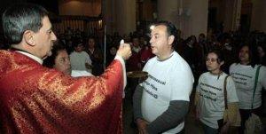 16. Colombia: Parejas gay comulgan en la catedral en protesta por oposición de la Iglesia a la adopción gay