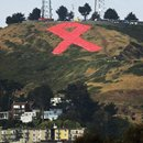 05. EE.UU.: Un lazo rojo gigante en las colinas de San Francisco por los 30 años del VIH/SIDA
