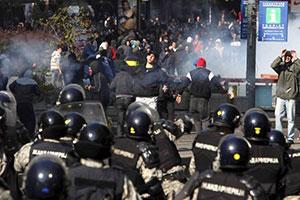 04. Serbia: Grupos homófobos que marchaban contra desfile del Orgullo LGTB generan violencia extrema y caos en Belgrado