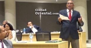 El regidor Manuel Soto Lara, del BIS, particiopa en los debates
