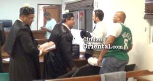 El vigilante condenado, junto a sus abogados.
