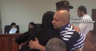 Martín Arias Caraballo, abraza una pariente luego de sentencia.