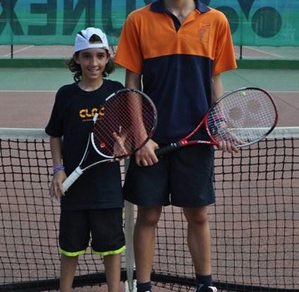jovens tenistas percorrem distrito