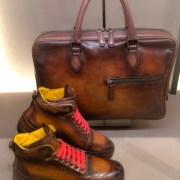 Hohe Sneakers und passende Aktentasche mit Farbverlauf nach Wunsch.