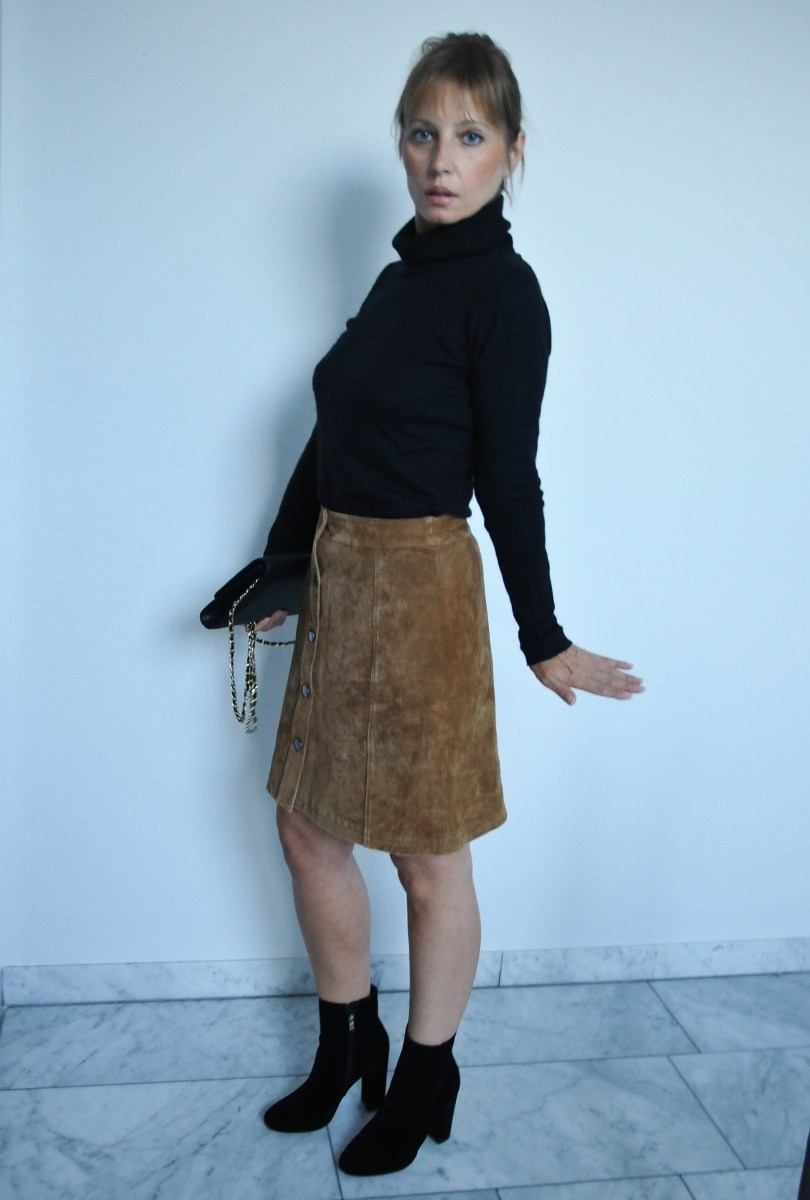 Suede skirt: fall essential with 70s flair