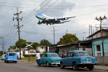 Air Force One carrying U.S. President Barack Obama and his family flies over a neighborhood of Havana as it approaches the runway to land at Havana's international airport, March 20, 2016.   REUTERS/Alberto Reyes - RTSBHYK