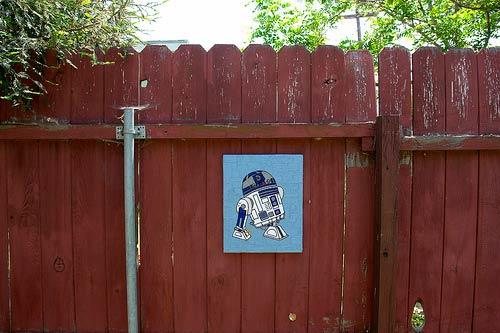Yarn R2-D2 by Mandy Jouan aka Sappymoosetree @ Flickr