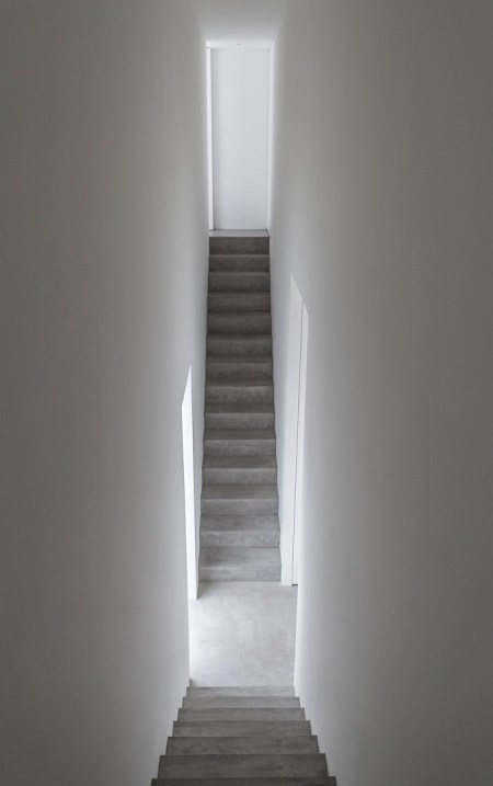 Cube house minimalist interior to the extreme coco for Minimalist house shinichi ogawa associates