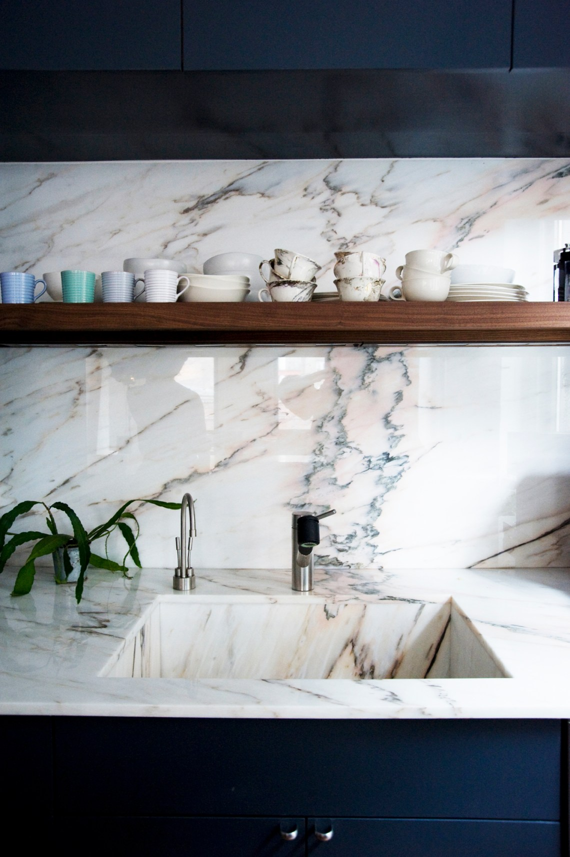 Kitchen in marble and navy blue - via cocolapinedesign.com