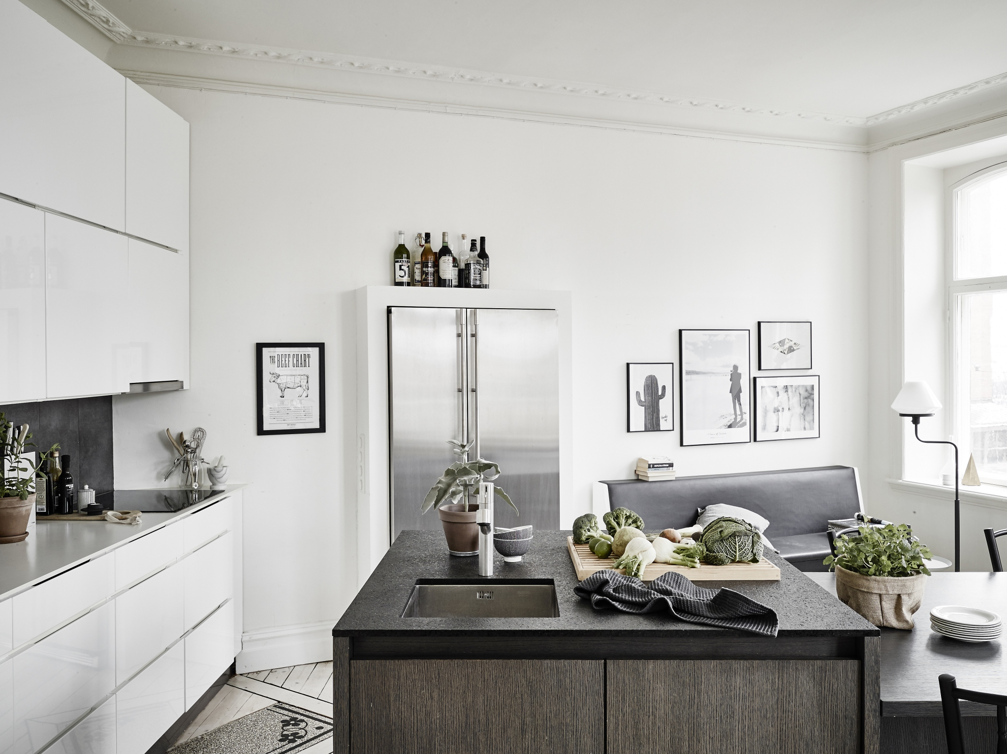 Smalle Moderne Keuken Small Apartment With A Big Kitchen Island Coco Lapine