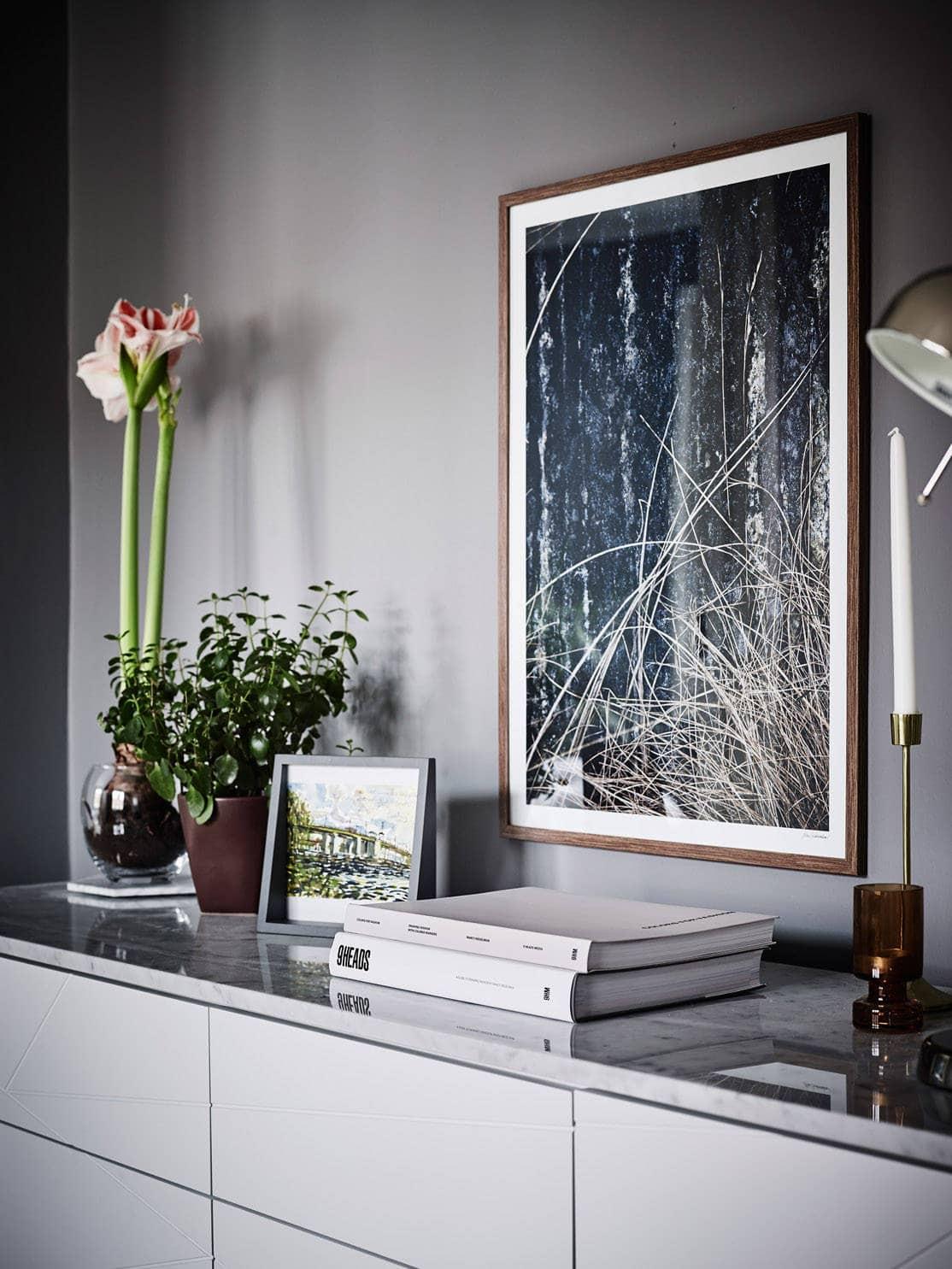 Dark walls and a bright kitchen - via cocolapinedesign.com