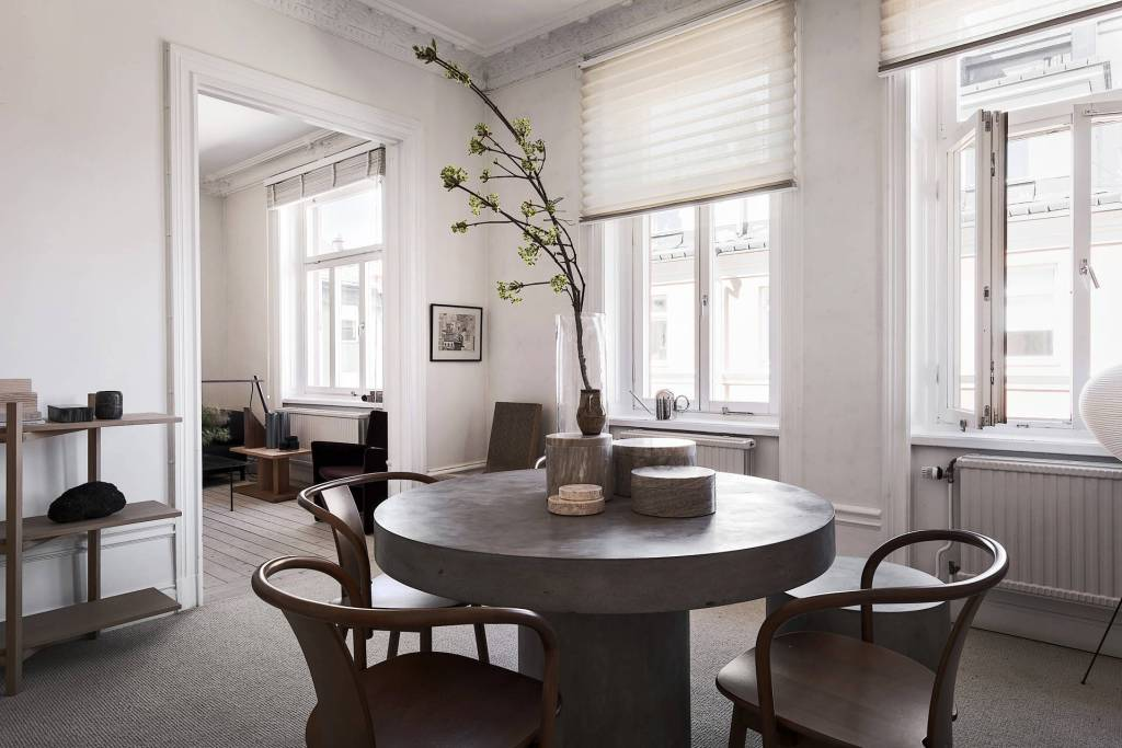 Warm and curated home - via Coco Lapine Design==
