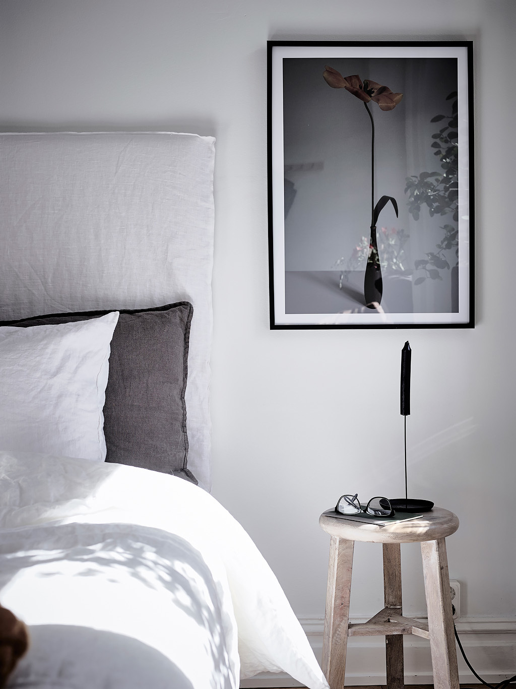 Simple bedroom with a color accent coco lapine for Simplistic bedroom