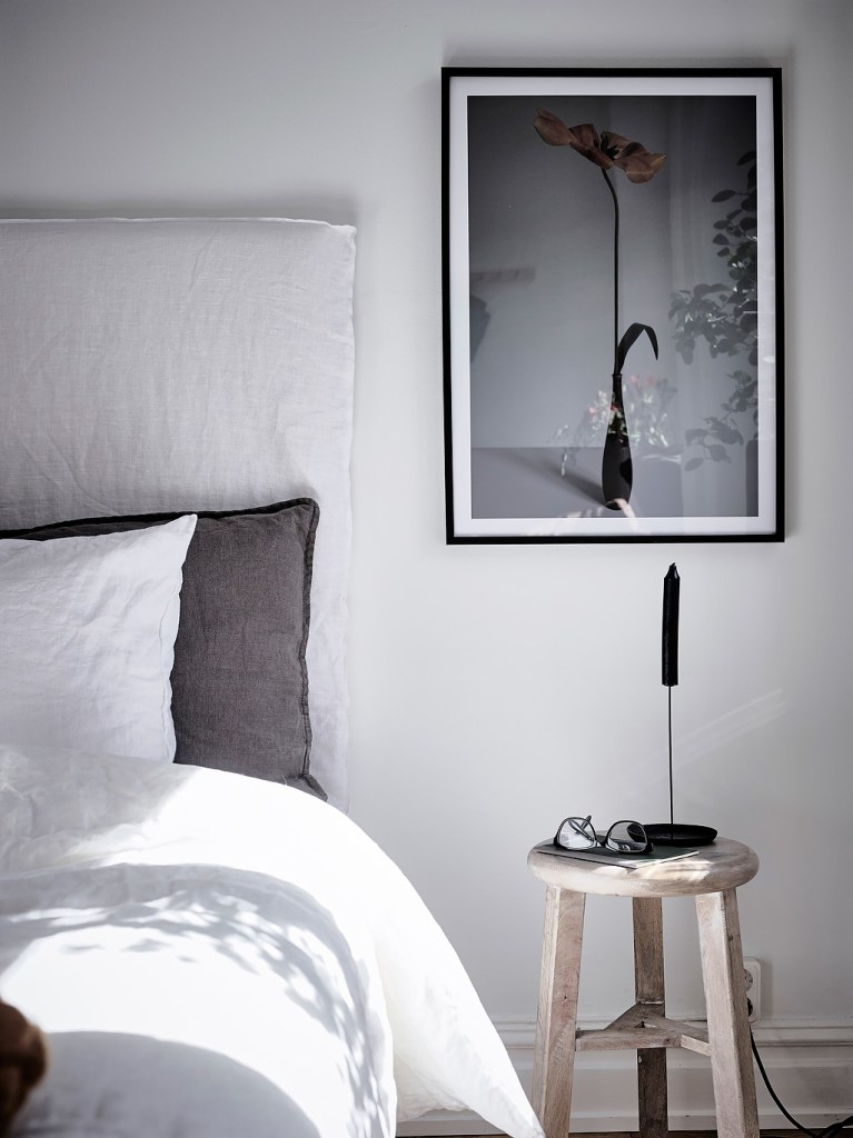 Simple bedroom with a color accent - via Coco Lapine Design blog