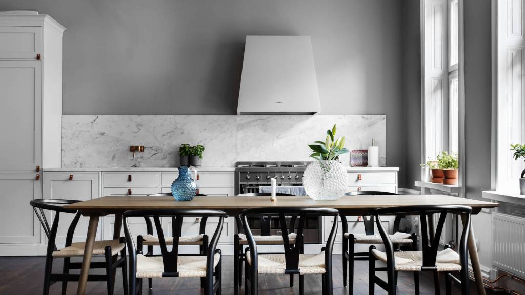 Classy kitchen in grey - via Coco Lapine Design blog