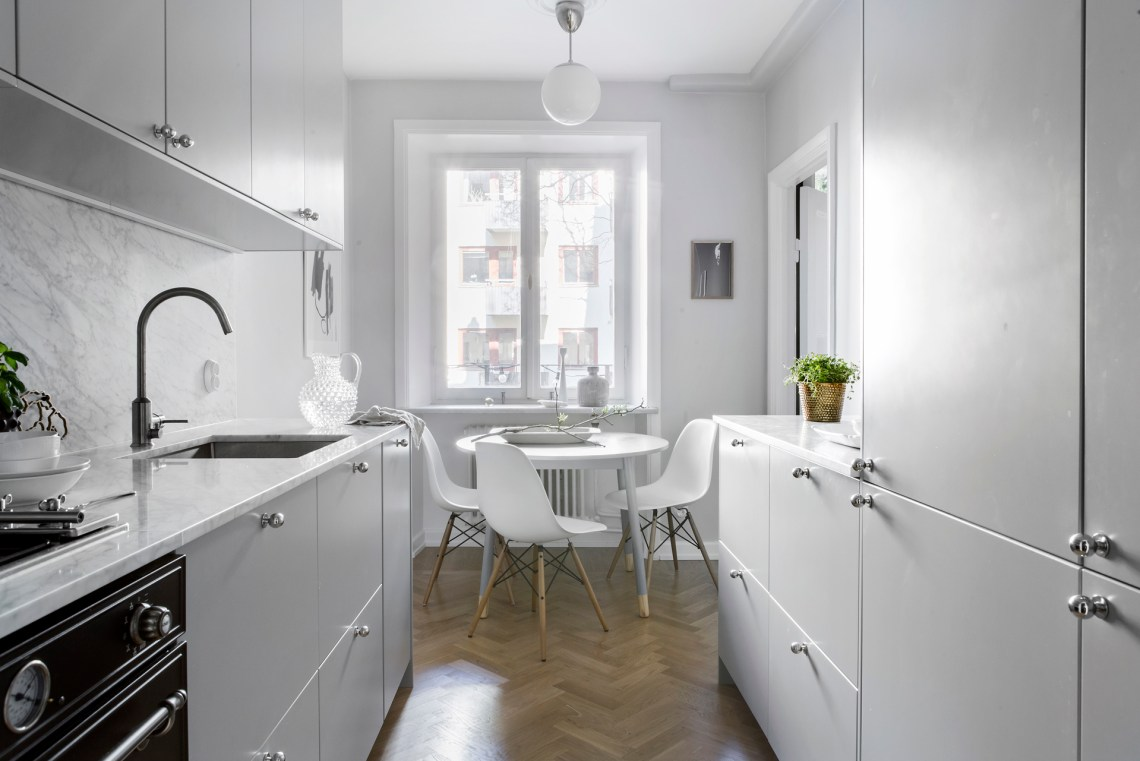 Clean kitchen with a small dining area - via Coco Lapine Design blog