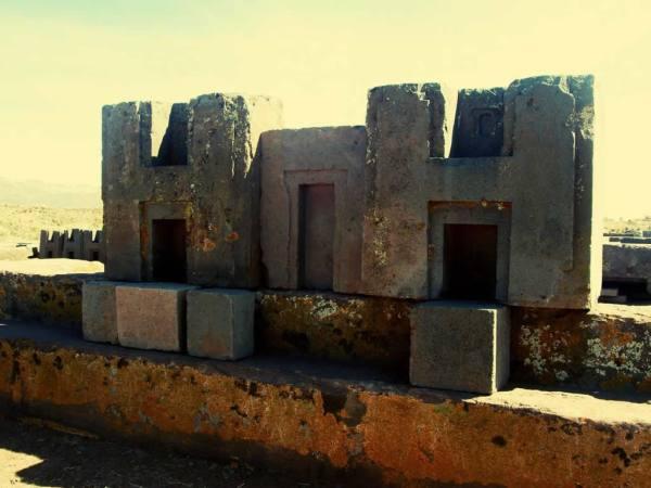 Puma Punku es uno de los lugares más importantes si usted quiere ver lo que el hombre antiguo era capaz de realizar. Estas estructuras son unas de las más grandes jamás encontradas.