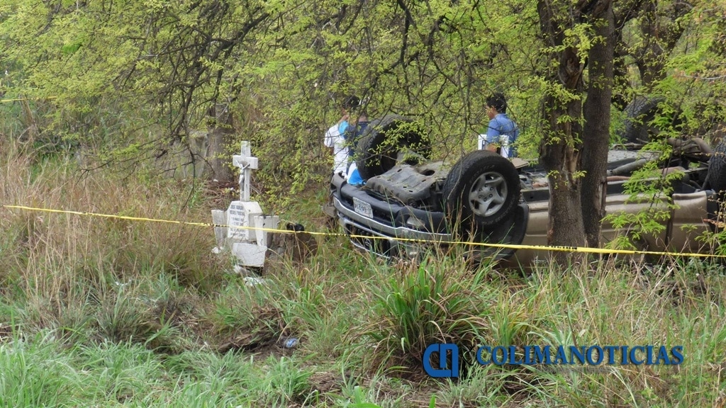 Camioneta vuelca en la autopista Manzanillo-Colima; deja saldo de un muerto y un herido