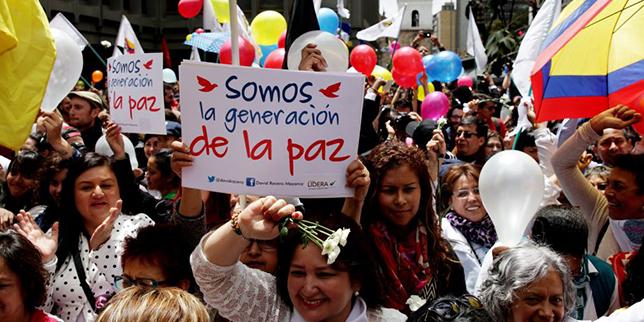 BOG109. BOGOTÁ (COLOMBIA), 23/06/2016.- Cientos de personas se reúnen para celebrar el acuerdo firmado en La Habana del cese el fuego y dejación de armas entre el Gobierno colombiano y la guerrilla de las FARC hoy, 23 de junio de 2016, en Bogotá (Colombia). EFE/LEONARDO MUÑOZ