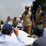 A la izquierda, con camisa roja, Félix Antonio Muñoz, conocido como Pastor Alape, de las FARC-EP; a la derecha, con camisa blanca y cachucha azul, el coronel Rafael Colón, director de la DAICMA, durante uno de los primeros encuentros en El Orejón para iniciar el proceso de desminado. Foto: FARC-EP