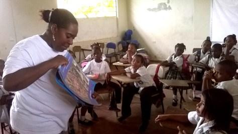 Profesora formada en ERM transmite a sus alumnos comportamientos seguros ante la amenaza de minas en el territorio. Chocó