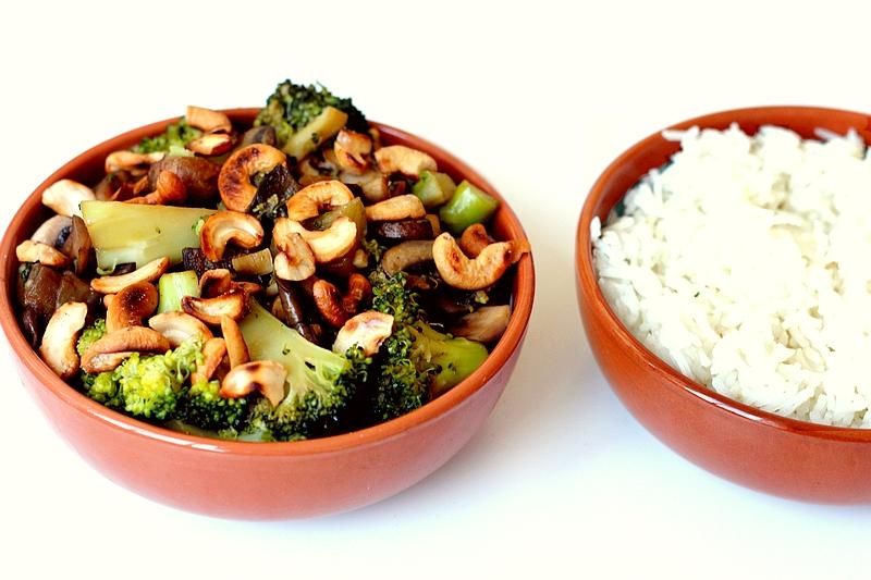 Recept: Gewokte groenten met rijst en cashewnoten