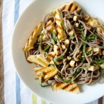 Grilled tofu with soba noodles and mint leaves / Tofu grelhado com soba noodles e menta
