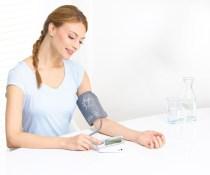 Mujer usando un tensiómetro